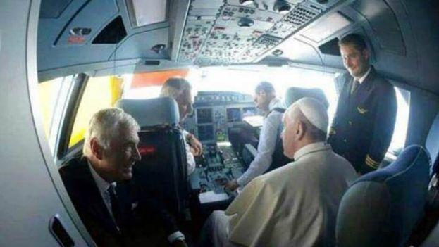 El papa Francisco en la cabina del avión de Alitalia que lo trajo a Cuba (CC)
