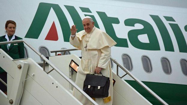 Francisco se despide de México antes de entrar en su avión de Alitalia. (Twitter)