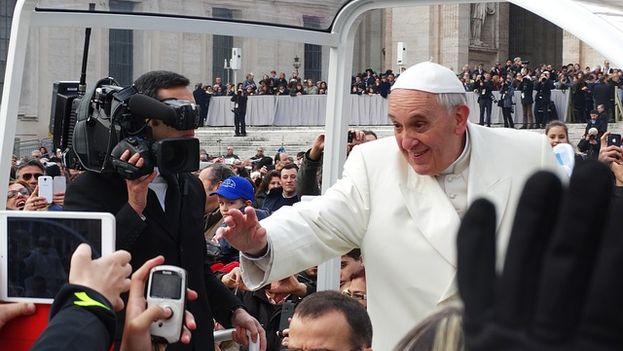 Francisco saluda a los fieles en la Plaza del Vaticano desde el auto papal. (Pixabay)