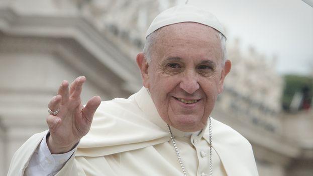 Francisco I saluda a los fieles. (CC)