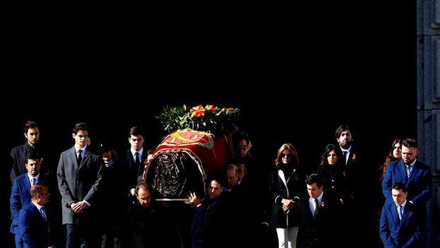 Los restos de Franco abandonan la basílica del Valle de los Caídos, en la sierra noroeste de Madrid. (EFE/JJ. Guillén)