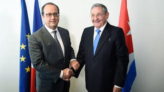 Raúl Castro junto a François Hollande en Naciones Unidas. (Estudios Revolución/EFE)