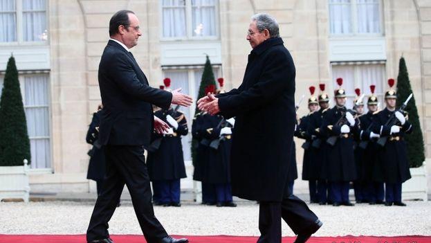 El presidente francés, François Hollande, y su homólogo cubano, Raúl Castro, este lunes en París. (Presidencia de la República de Francia)