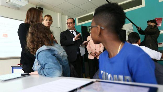 François Hollande en una visita al instituto Jules Verne en Mureaux este jueves. (Élysée)