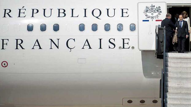 François Hollande desciende del avión presidencial en uno de sus viajes oficiales