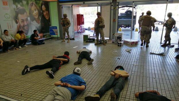 Las Fuerzas Armadas detiuvieron a 32 personas por un saqueo en un supermecado. (Ejercito Chile)