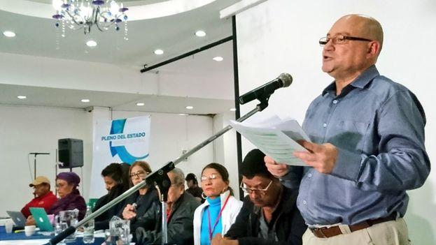 Carlos Antonio Lozada, miembro del Estado Mayor de las Fuerzas Armadas Revolucionarias de Colombia, presenta el análisis de las tesis para el Congreso. (@FARC_EPueblo)