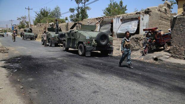 Fuerzas de seguridad afganas patrullan tras una operación de un grupo talibán, el 8 de julio de 2021, en Alishang. (EFE/Ghulamullah Habibi)
