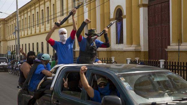 Fuerzas progubernamentales formada por encapuchados celebran este miércoles en Masaya la toma de control de la ciudad el día anterior. (EFE/Jorge Torres)