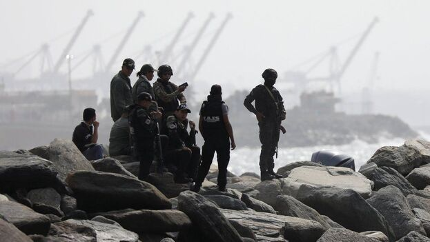 Fuerzas de seguridad en Macuto tras la supuesta invasión. (EFE)