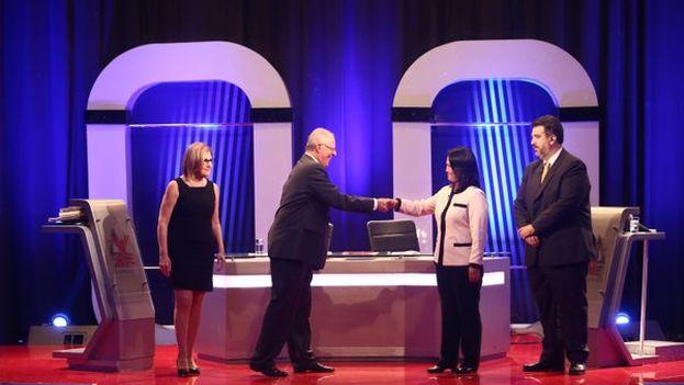 Fujimori y Kucyznski se dan la mano antes de comenzar el debate electoral. (@JNE_Peru)