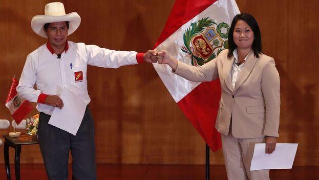 """Pedro Castillo y Keiko Fujimori, durante el acto de la firma de la """"Proclama Ciudadana, juramento por la democracia"""", en Lima, Perú. (EFE/ Paolo Aguilar/Archivo)"""