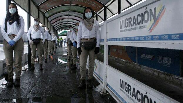 Funcionarios de Migración Colombia permanecen este sábado en el puente Simón Bolívar que se mantiene cerrado y que une las ciudades de San Antonio del Táchira (Venezuela) y Cúcuta (Colombia). (EFE)