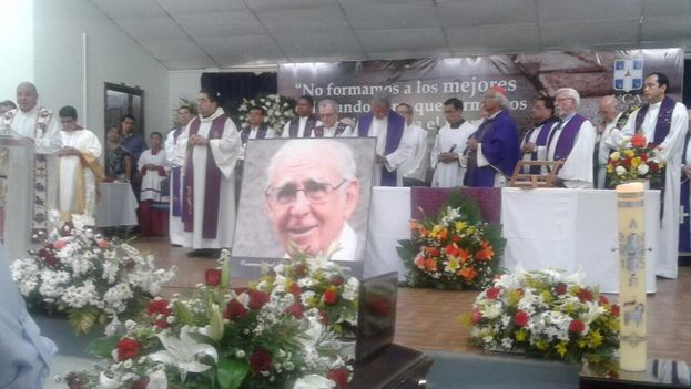 Funeral del jesuita, que fue expulsado por Juan Pablo II por su adscripción a la teoría de la liberación y readmitido en 2014 por Francisco I. (Televisión Nicaragua)