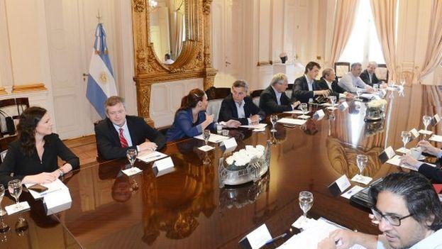 Gabriela Michetti junto a Mauricio Macri y otros ministros en el salón en Casa de Gobierno. (@gabimichetti)