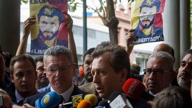 Gallardón y Cremades a su llegada al aeropuerto de Caracas para sumarse a la defensa de Leopoldo López. (EFE)