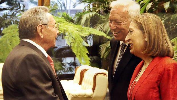 El canciller español José Manuel García-Margallo y a la ministra de Fomento, Ana Pastor, saludan a Raúl Castro. (EFE/Estudios Revolución)