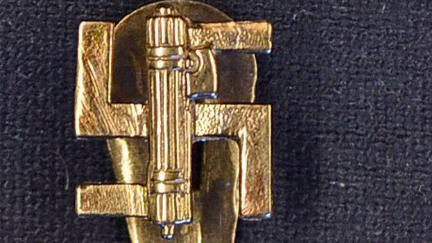 Gemelos de Adolf Hitler en forma de cruz gamada, subastados por 1.600 libras. (Mullock's)