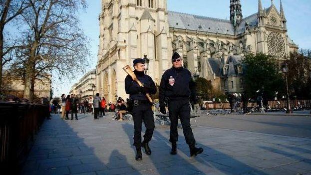 Gendarmes patrullan frente a la catedral de Notre Dame de París, este lunes. (EFE/Yoan Valet)