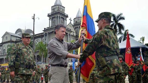 General Ruben Alzate recibe la bandera del presidente Santos