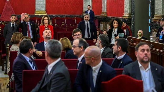 El presidente de la Generalitat, Quim Torra, saluda a los doce líderes independentistas acusados. Oriol Junqueras, exvicepresidente, no se gira. EFE/Emilio Naranjo