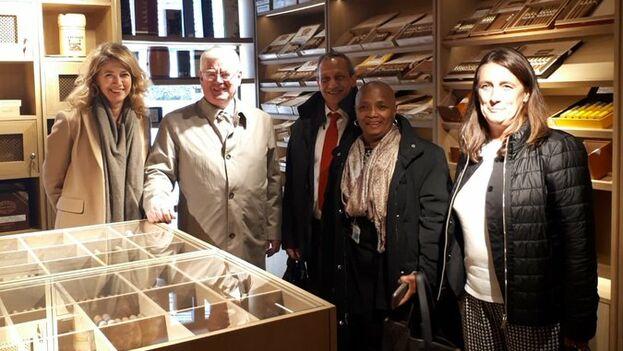Eamon Gilmore, representante especial de la UE para los Derechos Humanos, visitó durante un receso una tienda de habanos en Bruselas con la delegación cubana. (@EamonGilmore)