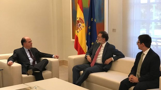 El presidente del Gobierno español, Mariano Rajoy, recibe al de la Asamblea Nacional Venezolana, Julio Borges. (@LaMoncloa)