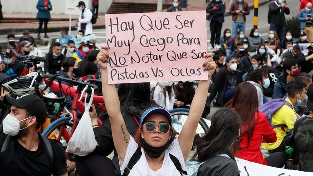Los estudiantes se sumaron a los manifestantes que protestan contra el Gobierno del presidente Iván Duque, durante una nueva jornada de agitación civil, en Bogotá (Colombia). (EFE/Carlos Ortega)