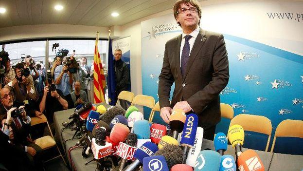 El expresidente del Gobierno de Cataluña, Carles Puigdemont, posa en el interior del club de la prensa de Bruselas. (EFE)