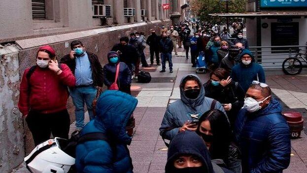 """El Gobierno de Chile hace unas semanas el plan """"Saludablemente"""", que incluye charlas 'online' y teléfonos donde pedir ayuda. (EFE)"""