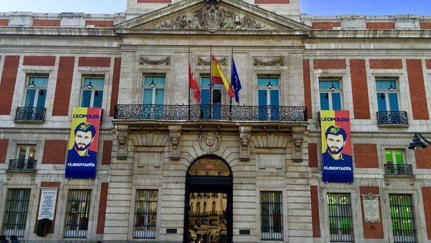 El gobierno madrile o cuelga un cartel de apoyo al for Sede de la presidencia de la comunidad de madrid