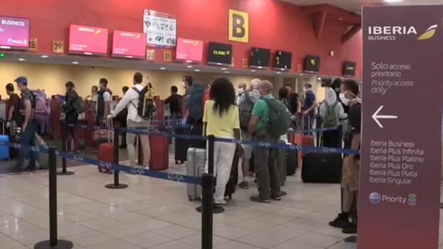 Las autoridades usan el mecanismo de la 'regulación' para impedir la salida de cualquiera cuando está a punto de abordar el avión en el aeropuerto.
