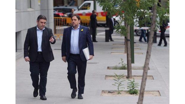 El vicepresidente cesado del Gobierno catalán, Oriol Junqueras (derecha), a su llegada a la sede de la Audiencia Nacional. (EFE)
