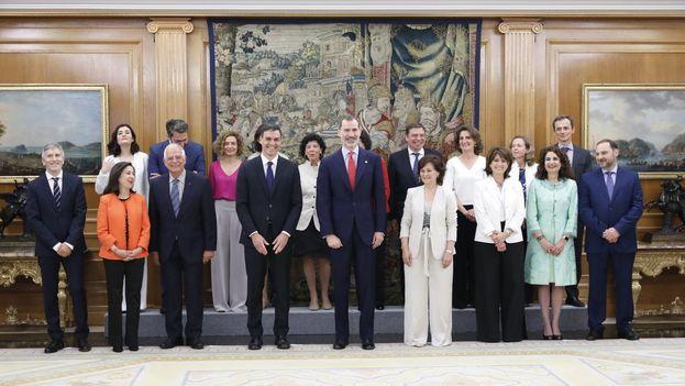 Foto oficial del nuevo Gobierno español en el Palacio de la Zarzuela junto al jefe de Estado, Felipe VI. (Casa Real)