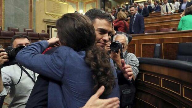 El presidente del Gobierno, Pedro Sánchez, recibe el abrazo de Pablo Iglesias. (EFE)