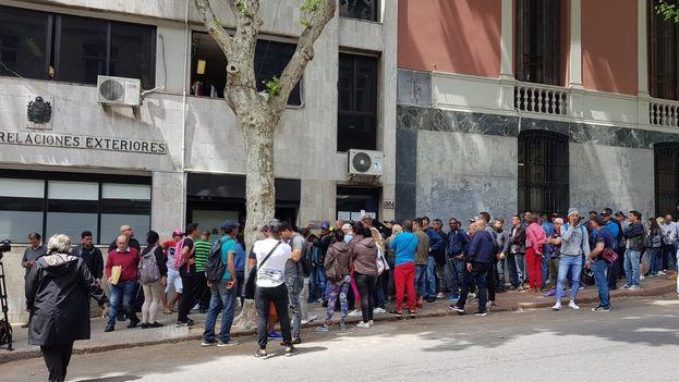 El Gobierno uruguayo ha decidido conceder permisos temporales para aligerar los tiempos de espera de los cubanos que han emigrado a su país. (EFE)