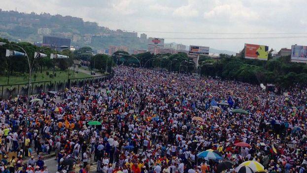 """El """"plantón"""" contra el Gobierno venezolano se desarrolló con relativa normalidad en Caracas a pesar de los muertos que hubo en dos estados. (@MENAMARY)"""