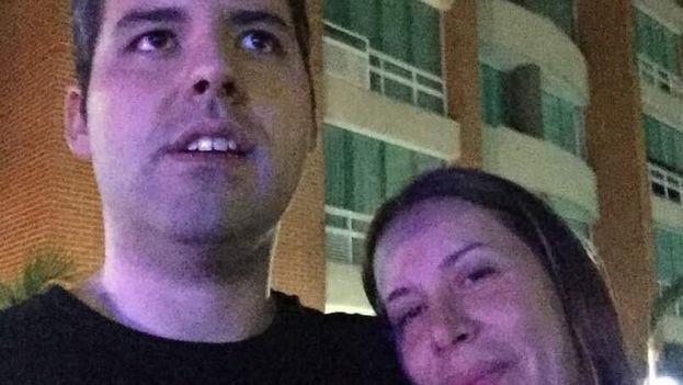 Yon Goicoechea junto a su madre este viernes tras ser liberado después de haber sido apresado en agosto del año pasado por presuntamente planear acciones contra el Gobierno de Nicolás Maduro. (Twitter)