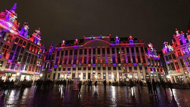 La Grand Place de Bruselas, una de las capitales de la UE, se iluminó anoche con los colores de la bandera británica para despedir al Reino Unido, cuya salida será efectiva a las 12 de la noche de este viernes.