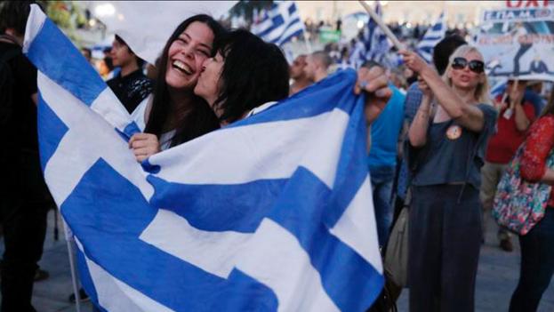 Griegos celebrando en las calles de Atenas. (Twitter/Gawker)