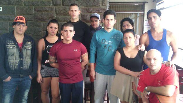 Grupo de cubanos que se declararon en huelga de hambre en el hotel Carrión
