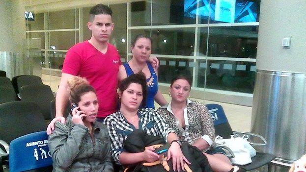 Grupo de cubanos que fueron deportados a la Isla la mañana del domingo (cortesía)