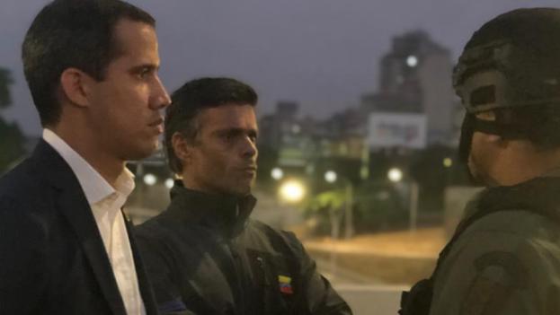 Juan Guaidó y Leopoldo López en La Carlota junto a militares desertores de Maduro.