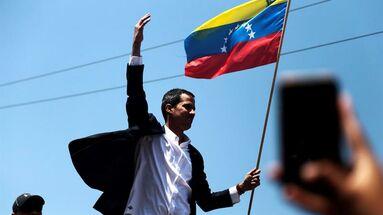 Guaidó fue recibido por una multitud en el aeropuerto y por representantes de la comunidad internacional tras una gira por varios países de Suramérica. (EFE/ Rafael Hernández)