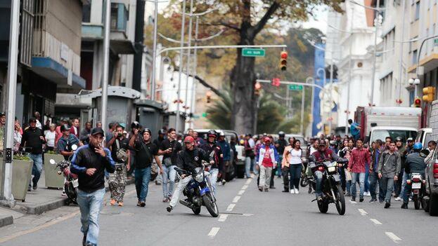 El equipo de Guaidó difundió imágenes de los 'colectivos' creando caos para impedir a los diputados acceder al interior del Parlamento.  (Juan Guaidó)