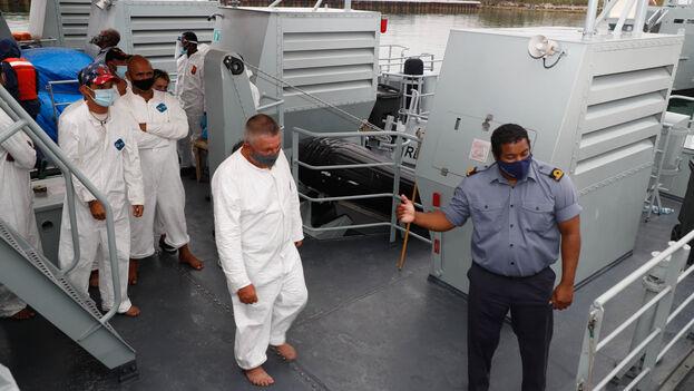 La Guardia Costera entregó el grupo de cubanos a una embarcación de la Real Fuerza de Defensa de las Bahamas. (Royal Bahamas Defence Force)