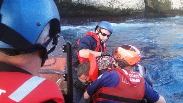 La Guardia Costera de EE UU durante el rescate de un grupo de balseros cubanos. (Archivo/ CC)