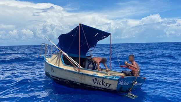 La Guardia Costera insiste en que viajar en estas embarcaciones puede ser muy peligroso, aunque eso no disuade a quienes buscan salir de la Isla. (@USCGSoutheast)