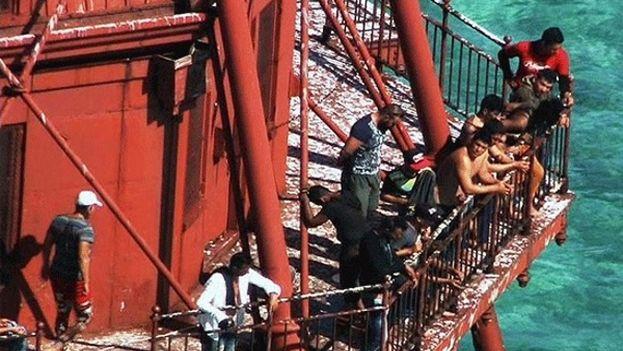 El grupo de cubanos estuvo durante horas subido al faro mientras la Guardia Costera negociaba con ellos. (El Nuevo Herald)