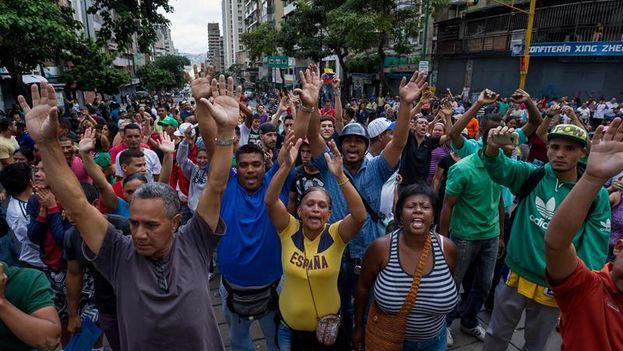 Un grupo de personas manifiestan contra miembros de la Guardia Nacional Bolivariana. (EFE/Miguel Gutiérrez)